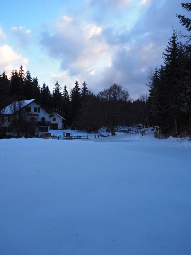 Freydières et son parking complétement désertés ce matin dans une ambiance bien  hivernale....
