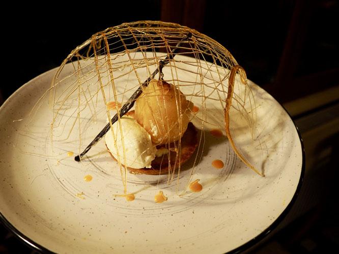 """Hier il y avait trois """"desserts maisons"""" à Freydières. Dont cette Poire pochée à la vanille. Quand Tim notre cuisinier pâtissier de la Gélinotte prend plaisir à partager ses créations. Merci !"""
