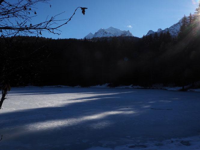 Ce matin, Freydières, premiers rayons de soleil sur notre lac gelé ! Là-haut, l'antécime de la Grande Lance de Domène (2600m) a mis son gros manteau blanc....