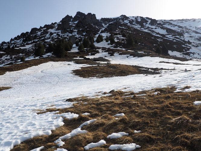 Sur ce même versant ouest entre 1750 et 2100m, le ski est encore praticable dans les couloirs ou les combes mais en slalom autour de la terre et des cailloux