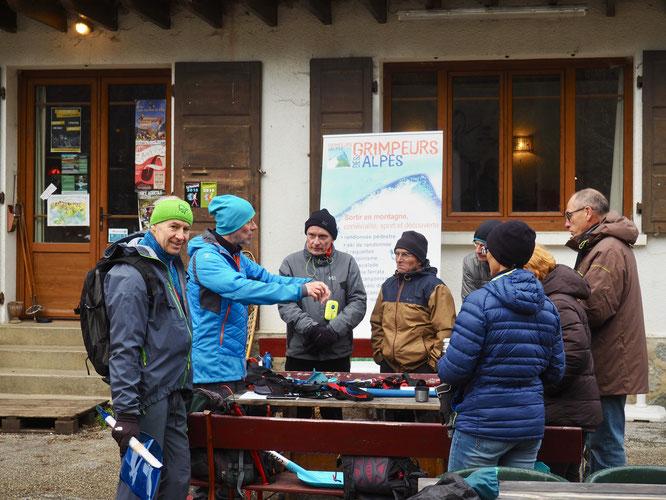 """Samedi par petits groupes les 30 participants du club """"Grimpeurs des Alpes"""" ont participé aux divers execrcices, autour de la Gélinotte.  Avant de déjeuner au chaud !"""