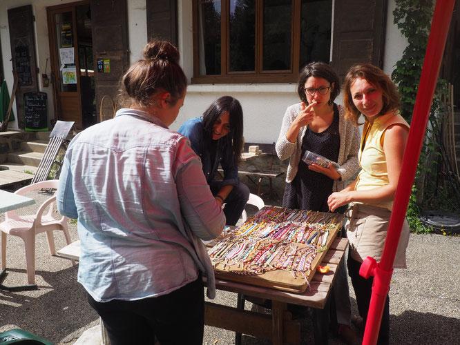 Une partie de l'équipe de la Gélinotte (en plein boulot !) autour des bracelets réalisés par Justine. (Bracelets exposés et en vente à Freydières).
