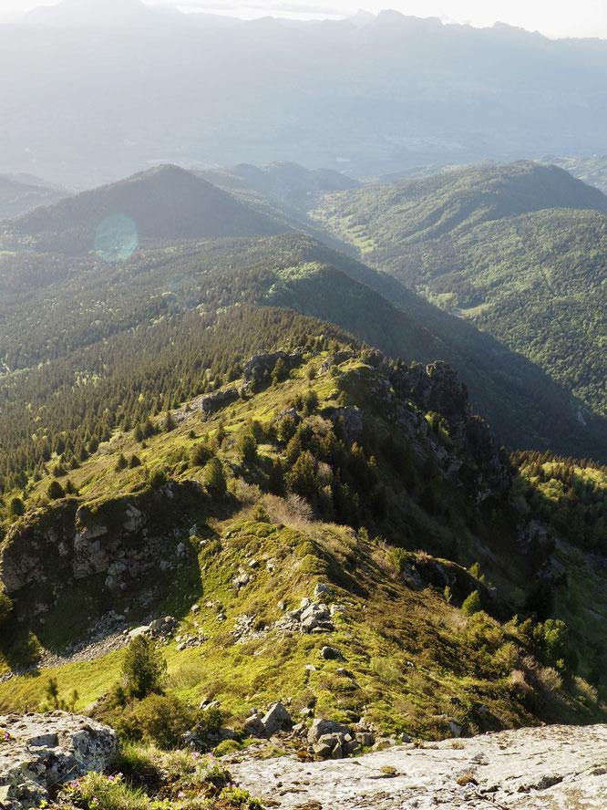 """La crête du Rocher Mottin qui remonte dpuis Freydières jusqu'à 2400m au sommet du Grand Colon. De belles couleurs, une belle balade bien sauvage et escarpée (""""pied alpin"""" nécessaire)."""