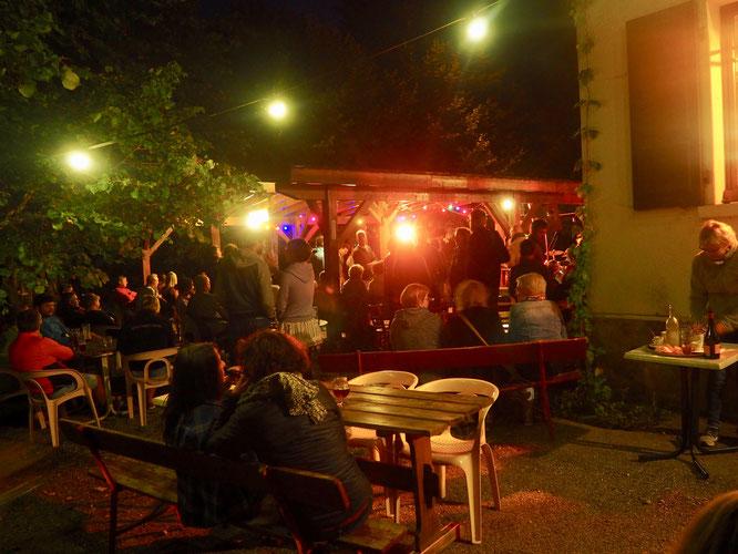 """La """"guinguette"""" de Freydières, c'était le weekend dernier avec le Bal du Monde des """"Têtes de Mule"""" . Sous la tonnelle de la Gélinotte ! Merci à eux pour cette belle soirée !"""