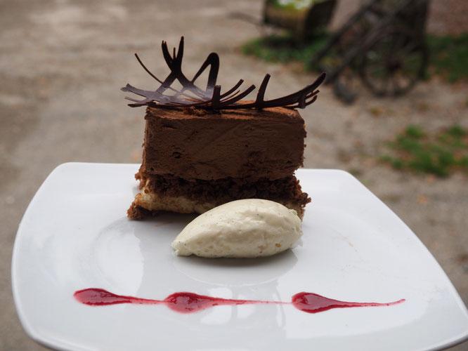 Le Royal chocolat praliné de la Gélinotte. Il devrait en rester à midi aujourd'hui... Merci à Tim notre cuisinier patissier.