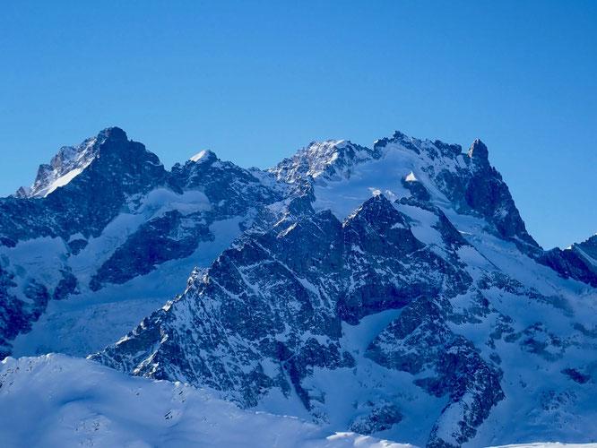 """Comment être insensible ? Nos montagne sont magnifiques, la Meije, son Grand Pic, ses Arêtes à près de 4000 et son Doigt de Dieu font rêver """"grave"""". Encore plus quand on a passé 10 ans de vie par là haut. """"Petite"""" émotion... Merci C.Callant photo 15 déc."""