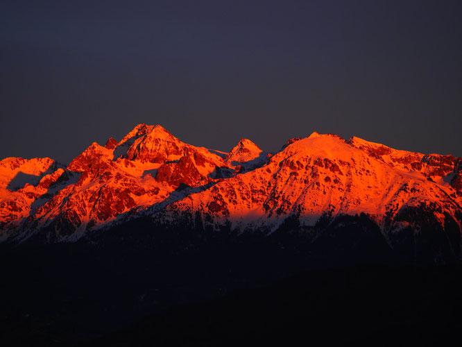 Juste au-dessus de freydières. La Grande Lance de Domène (2800m) et le Grand Colon (2400m) hier soir. Incroyables couleurs. Photo Christian Foex. Merci !