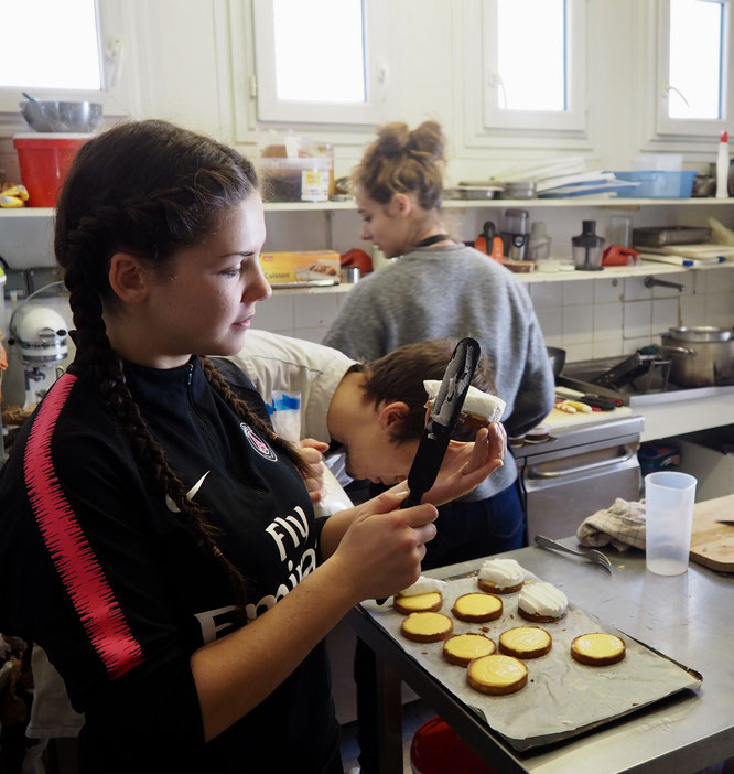 En cuisine de la Gélinotte, finition des tartes au citron meringuées. 100% fait maison, 100% Bio. Merci à Tim, le cuisto, ici avec l'aide d'Auxana et de Leïla (le weekend dernier)