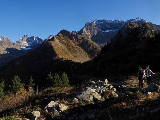 ... avec un contraste splendide entre les alpages couleurs automne et les hautes montagnes en second plan, le tout illuminé avec le chaud soleil bien rasant du début de soirée...