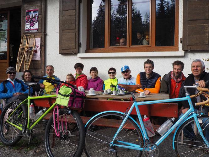 """Pour Freydières c'est en vélo ! Et dimanche ce sont des amoureux de la petite reine qui sont montés à la """"Géli"""" avec les responsables des Cycles Cattin, """"artisan constructeur dans les Alpes"""" basé à Poisat. Juste en bas de chez nous dans la vallée."""