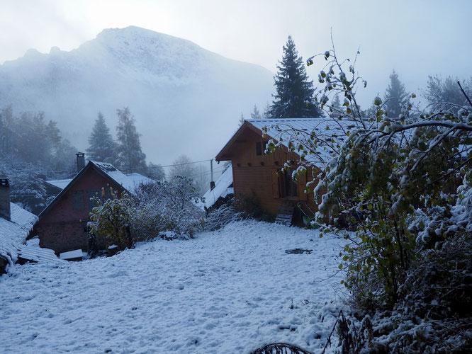 Le hameau de Freydières ce matin (1150m). Premières neige et le soleil qui ne va pas tarder... !