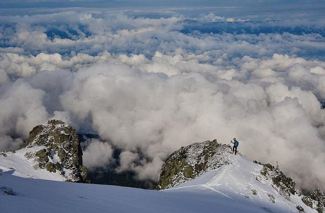 Il fallait y croire, samedi matin il y a eu un bon petit créneau météo en Belledonne. Tout seul en montagne là haut au dessus des nuages et de Freydières. Merci JulBont pour la photo.