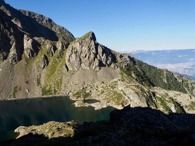Le lien ville/montagne, une question importante à travailler autrement. Le tourisme doit se reinventer, sortir du béton et des pylônes, s'ouvrir sur le vivant, sur la montagne... un beau défi. Ici le lac du Crozet (2000m) et Grenoble.