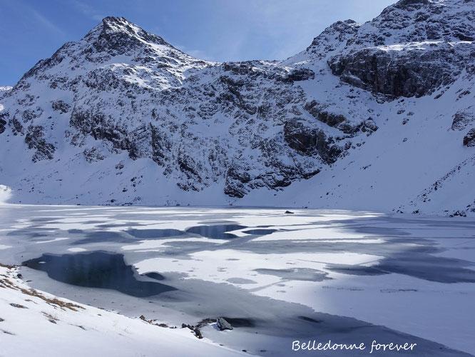 Lundi, à 2400m, le deuxième lac du Doménon commençait à geler...