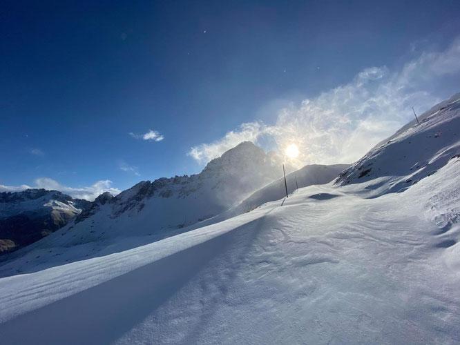 C'est plus à l'Est de Belledonne, du coté du col du Galibier... une idée de la neige qui commence à s'accumuler au dessus de 2500m ! (Photo Météo-Alpes, merci).