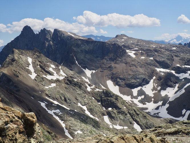 Au loin à droite, la grande soeur, la Meije et son Grand Pic (à près de 4000m). Devant à gauche, le petit frère, le Grand Pic de Belledonne (à près de 3000m). Vu depuis le sommet de la Grande Lance de Domène. C'était il y a quelques jours. Photo Frédi.