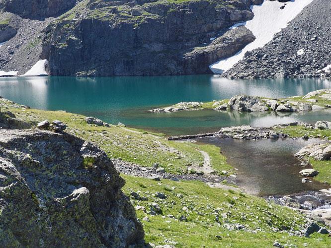 A 2400m le lac du Petit Doménon. Au dessus de Freydières. Grand calme et sérénité. Comme un lieu de ressourcement. C'est aussi Belledonne !
