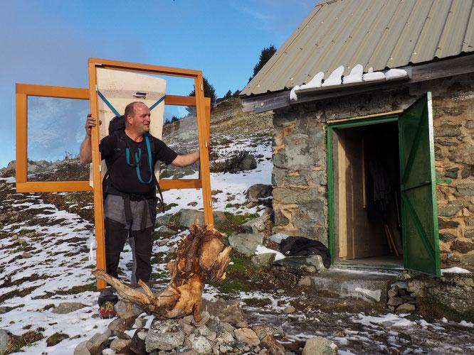 L'arrivée de la nouvelle porte de la cabane du berger (1748m). En passant, par hasard, au même moment au même endroit nous avons donné un tout petit coup de main. Merci à l'équipe !