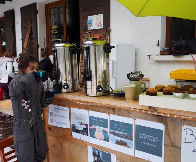 Bar extérieur de la Gélinotte (boissons et pâtisseries à emporter). Heureusement que nous avons de l'aide pour servir le vin chaud !