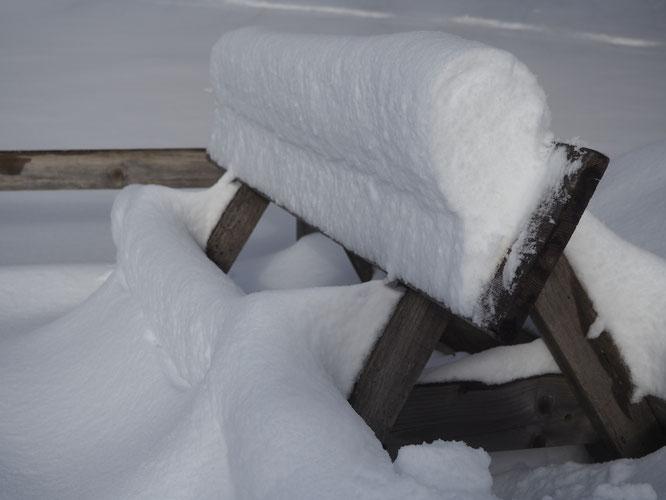 """Photo de jeudi : en tombant sous le vent la neige s'est """"enroulée"""" et s'est formée en corniche. Observez l'importance de l'accumulation : écart de l'épaisseur de neige entre le bas et le haut du panneau (pancarte de la Gélinotte bord de route)."""