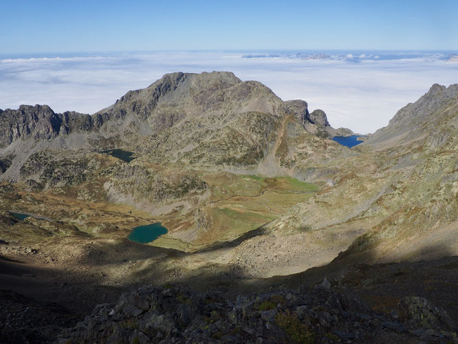 Les lacs de la Pra : à gauche le Lac Longet, juste au pied à gauche du Grand Colon, le Lac Merlat. Au premier plan le Lac Claret, puis à droite le refuge de la Pra et vers la mer de nuages le Lac du Crozet. Le tout à plus de 2000m. En Belledonne.
