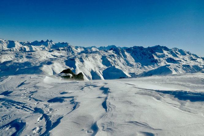 Depuis les hauteurs de Belledonne (ici l'antécime du Rocher Blanc) : les Aiguilles d'Arves et là bas au fond l'Oisans et la Meije. Photo de Réponse des Hauteurs. Merci !