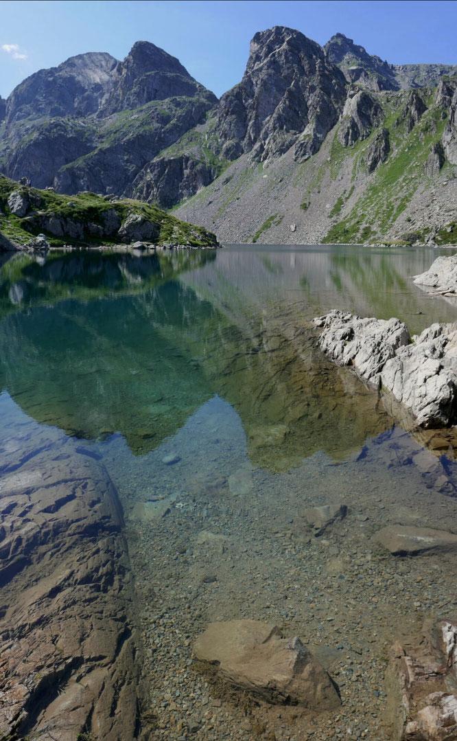 A 2000m, l'eau clair du Lac du Crozet. Au départ de Freydières. Grand merci Thierry Ulric pour la photo !