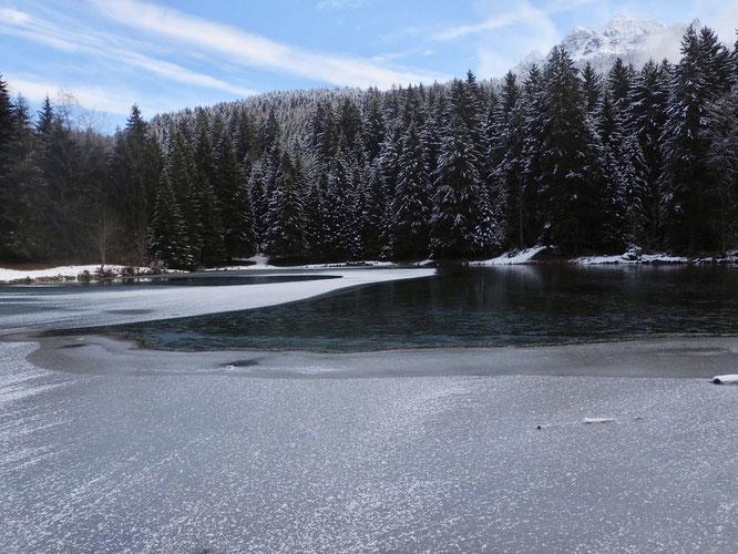 Le chemin de glace se forme. Nous sommes au lac de Freydières dans une belle ambiance, un brin canadienne (et juste au dessus de Grenoble). Belledonne c'est déjà un voyage !