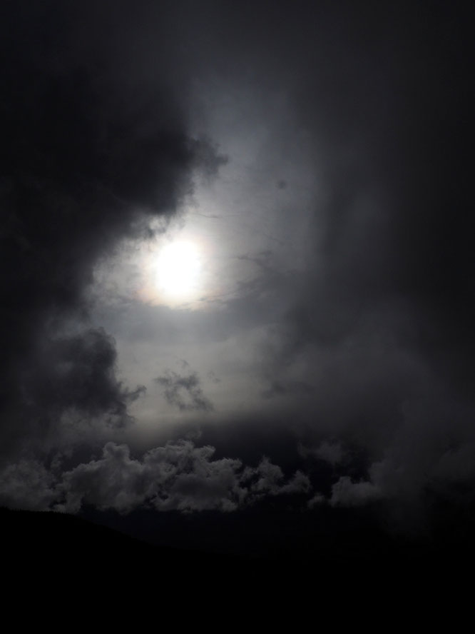 Hier en fin d'après mid, petite balade au pays des nuages, le temps d'une trouée avant de naviguer de nouveau dans le brouillard (vers 1800m sur le grand Colon).