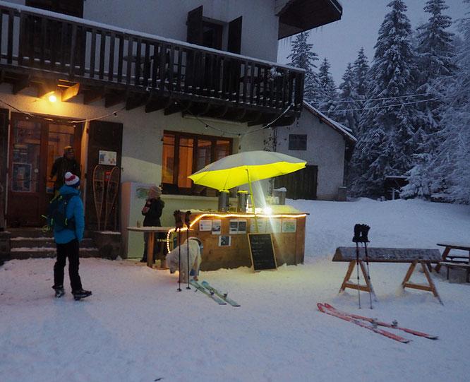 Dimanche soir, l'arrivée à skis devant le bar extérieur de la Gélinotte !