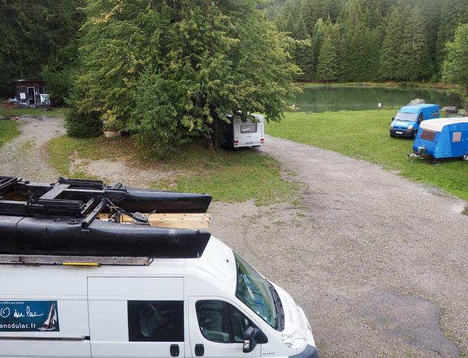 Hier soir le catamaran de Piano du Lac était encore sur le camion. Les pianos plutôt à l'intérieur. Mais demain, puis mercredi, ils seront sur le lac au pied des montagnes de Belledonne pour de grands moments de musique et de poésie...