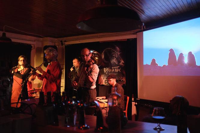 """Bayilma Noc a pris le relais jusque tard dans la nuit sur fond d'images de Terre Adélie accompagnées de compositions qu'ils ont eux mêmes qualifié, non sans humour, de """"musique traditionnelle de l'antarctique...""""."""