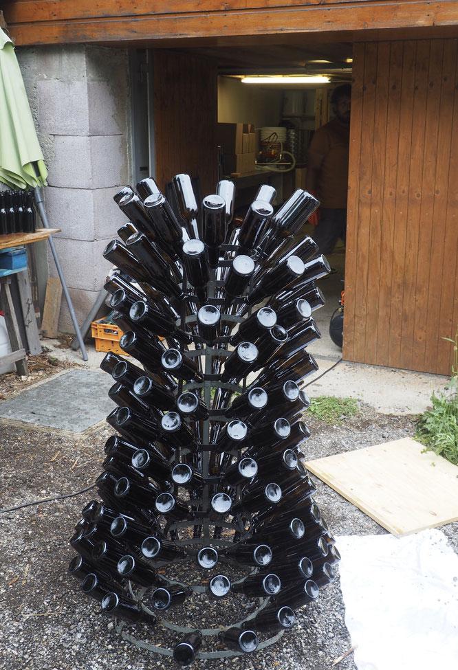 L'arbre à Bières devant la micro Brasserie de Belledonne. Toutes les bouteilles sont nettoyées, séchées puis de nouveau s'emplissent de Blanche, Blonde, Ambrée ou IPA. Faites à Freydières.