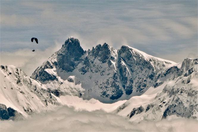 Hier, au dessus des nuages à près de 3000m, le Grand Pic de Belledonne bien platré. Merci Tête de Mule pour cette chouette photo.