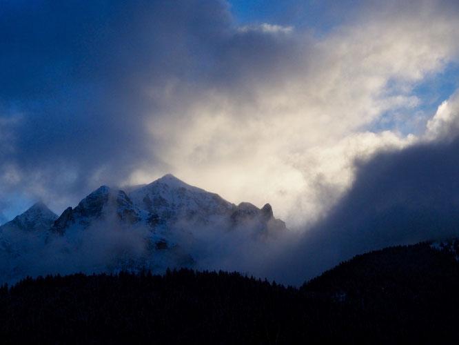 Le bon cocktail : une pincée de neige avec un soleil léger, brassée par un petit vent qui fait monter les nuages en écharpe, le tout frappé par une fraîcheur délicatement hivernale. Servi à l'instant à Freydières : la Grande Lance de Domène du matin.