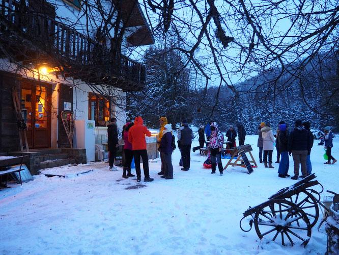 Le bar extérieur de la Gélinotte bien fréquenté avec son vin chaud, en ces temps neigeux !