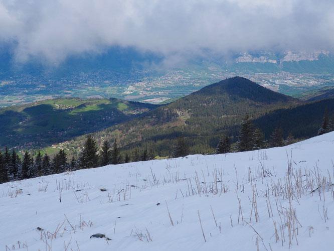 Avant hier depuis le versant ouest du Grand Colon : on repère vers le milieu de la photo, au soleil et dans la forêt, le tout petit hameau de Freydières. Presque 900m au dessus de la vallée du Grésivaudan, au fond.