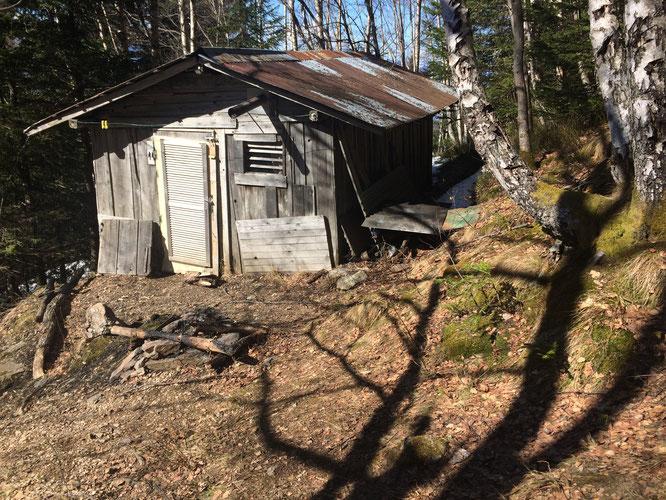 Immergée en pleine forêt, la petite cabane des Carriers, à 1500m sur le Grand Colon. C'est aussi cela Belledonne ! (Photo Nathalie).