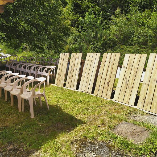 Les tables et chaises passées au karsher sèchent au soleil. Merci à toute l'équipe. Les tables vont être lasurées et vendredi puis tout le weekend nous pourrons vous accueillir à la Gélinotte ! (photo Mélanie, merci !)
