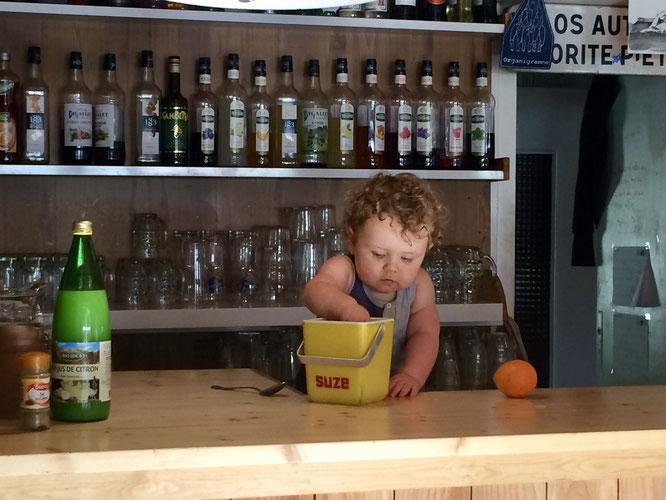 Ne soyez pas étonné nous avons embauché un nouveau barman à la Gélinotte. Il a commencé hier. Bienvenue à Léni. Tout juste un an. Et fils de... Mél et Kolia (les brasseurs des Bières de Freydières).
