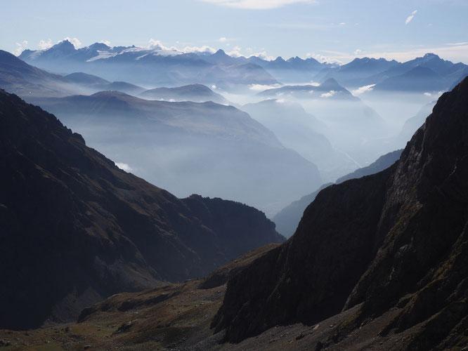 En milieu de matinée, les nuages ont libéré les profondes vallées de l'Oisans qui retrouvent le soleil....