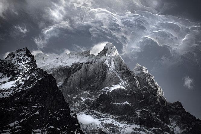 Une photo étonnante, presque fascinante. C'était le 3 février au soir, le Grand Pic et les Arêtes de la Meije dans la tempête. Avec des vents à près de 160km/h. Ambiance, ambiance... Merci Fabien (Fb1.Photography) pour la photo.