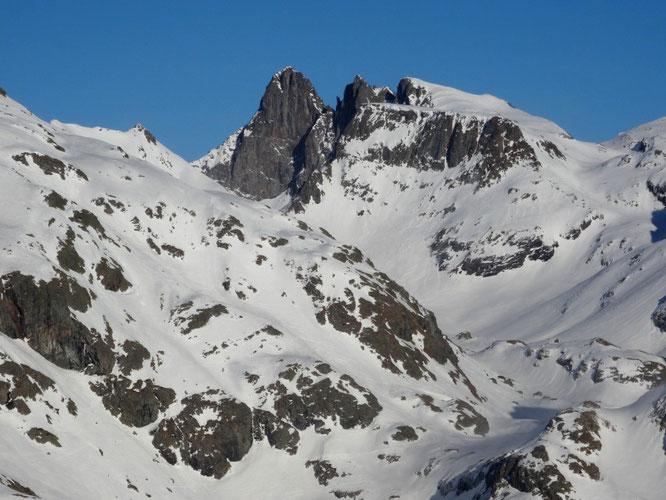 Au départ de Freydières : Les lacs du Doménon (à 2400m) , la Croix de Belledonne et son Grand Pic à près de 3000m et à gauche les pentes sud et ouest de la Grande Lance de Domène. Conditions actuelles. Merci P1P1 de skitour pour la photo