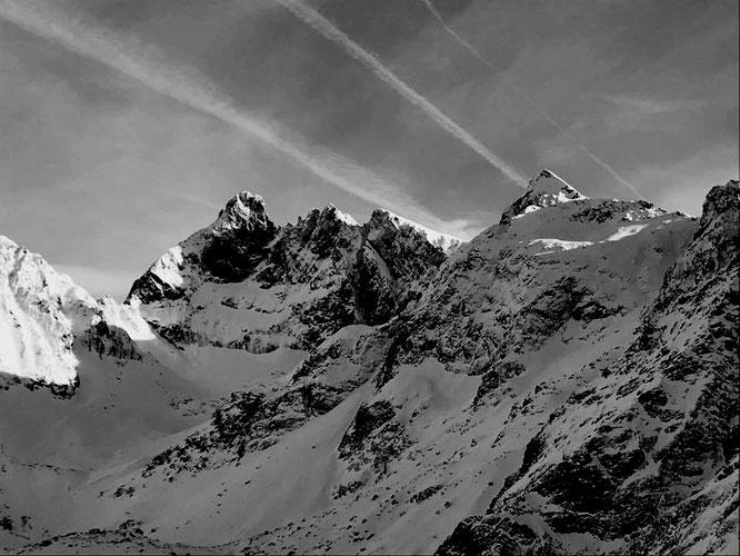 Hier en fin de matinée, le Grand Pic (2977m) et la Croix de Belledonne. Avec un début d'enneigement... Photo Cédric Hartmann. Grand Merci.