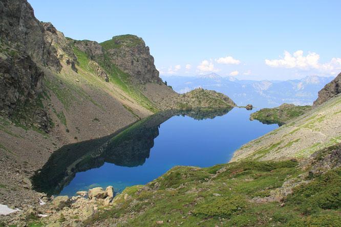 A 2000m, au départ de Freydières, le Lac du Crozet. Chaque jour en ce moment des randonneurs testent l'eau encore bien fraîche de ce beau lac d'altitude. Et certains s'y baignent.... (un peu).