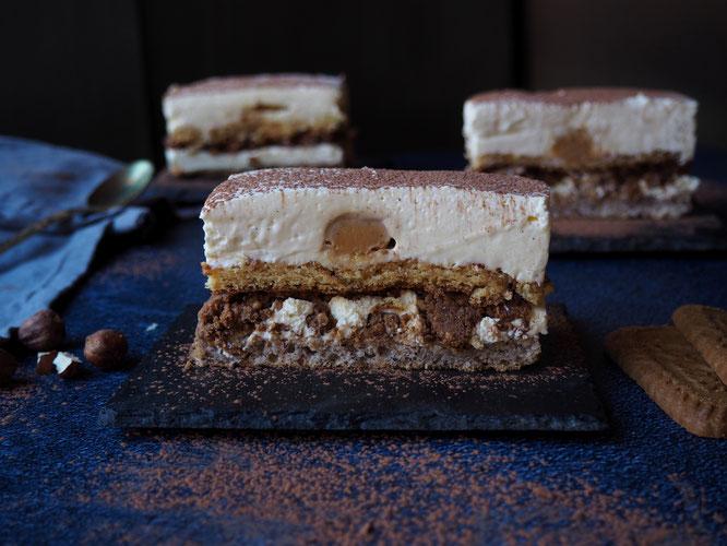 Dacquoise aux noisettes  Biscuit caramel  Croustillant spéculoos  Caramel beurre salé  Crémeux vanille  Mousse suprême vanille... C'est l'Entremets vanille caramel à emporter ce diamnche depuis le bar extérieur de la Gélinotte !
