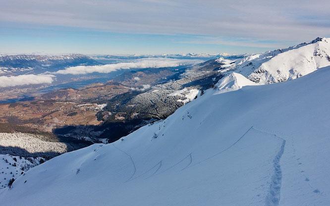 Belledonne en ce moment, bien de la neige en altitude mais peu ou pas sous 1700/1800m.Photo JulBont sur skitour. Merci.
