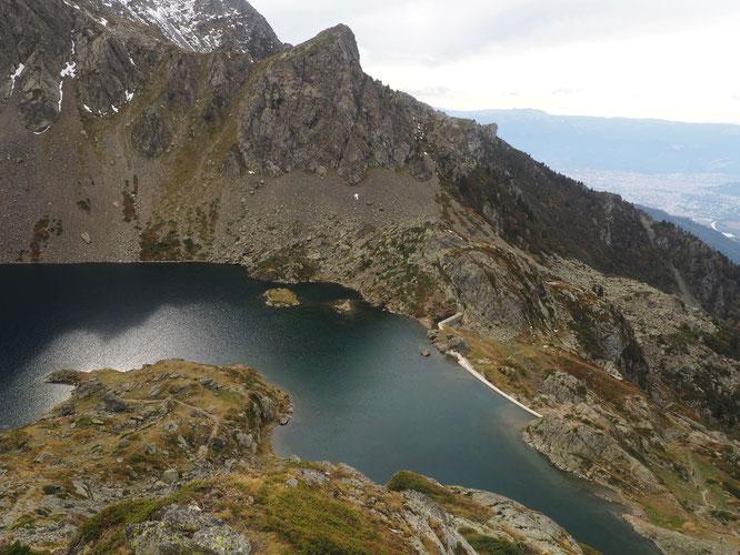 Hier en montant au Col du Loup: au fond le massif du Vercors, en vallée l'agglomération Grenobloise, puis la crête Mottin ( belle montée au Grand Colon) et juste là le Lac du Crozet (2000m). Il y avait encore un peu de soleil... hier.