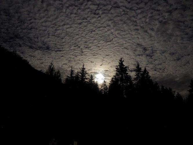 En début de nuit, juste après le concert de Imnari à la Gélinotte, c'est la lune qui est venue nous saluer. Belle ambiance !