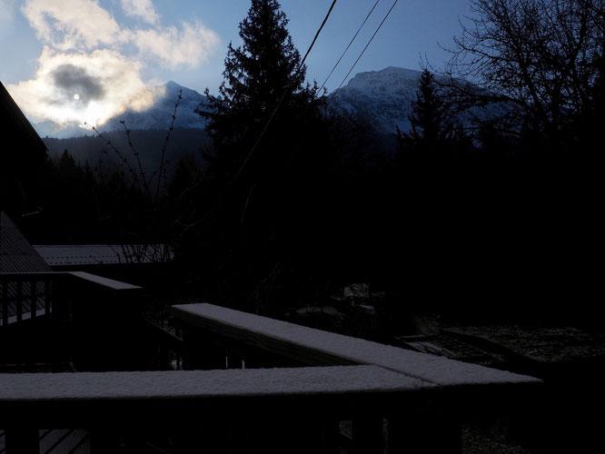 Le soleil arrive ce matin, sur une toute petite neige tombée dans la nuit jusqu'à Freydières. Bon courage à tous.